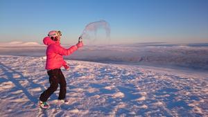 Louise Östberg gör snö av vatten i trettiofem graders kyla på Ösjökläppen.