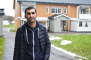 Renjbar Adris Ahbdulah bor med sin fru och dotter på Jungfruvägen 123, en av adresserna som Kopparstaden säljer.