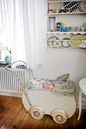 Barnvagnen är från 40-talet och är numera tidningssamlare i vardagsrummet.