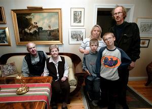 Ängsgärdets invånare år 2002. Tre generationer Christensen. Från vänster Annie och Åke, sonen Kjell med hustrun Anneli och sönerna Andreas och Tobias.