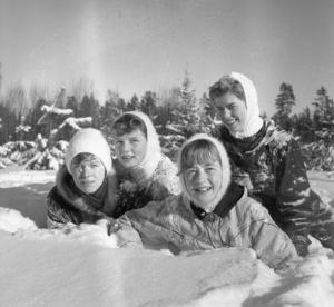 Anita Jonsson, Agneta Schwartz, Birgitta Tobiassson och Margareta Palmqvist badar i snön utanför Stormorshäll.