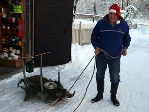 Den pyntade gamla släden ställer Kjell Andersson ut vid vägkanten för att signalera att antikboden och marknaden är igång.