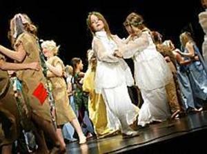 Det var med stor inlevelse som barnen var med och dansade i Folkets hus i Hofors när årets folkmusikfest avslutades. Foto: NICK BLACKMON