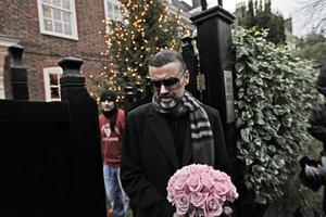 George Michael framträdde 2011 utanför sitt hem i London efter att ha varit nära att dö på grund av en allvarlig lunginflammation.