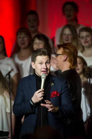 Samuel Ljungblahd från Umeå fick med sig publiken och tillsammans med Höga Kusten Gospel fyllde de Själevads kyrka med stämningsfull sång.