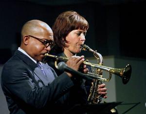 Dwayne Coleman och Amanda Sedgwick har fart på blåset och vadar i referenser till 50-talets då revolutionära jazz. Felfritt och läckert.