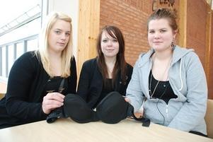 Sara Norin, Malin Holmer och Therese Olsson med deras designade bh.