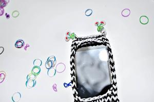 Av många små gummiband kan man göra ett mobilskal.