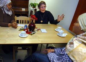 Gunvor Fält pratar med Nina och Sahra från Somalia.
