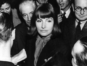 Greta Garbo – här bland ovanligt mycket folk. Arkivbild.