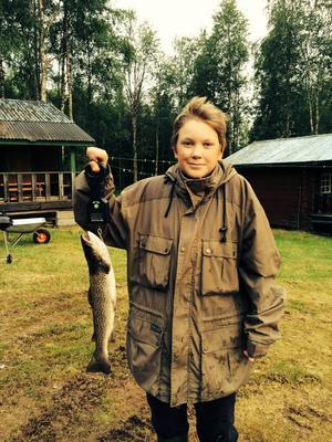 Adrian Halvarsson 12 år med en öring på 1.13 kg
