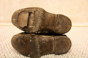Många stannar för och pratar om de riktigt gamla kängorna som Birgitta hittat. De skapar mycket kontakt.