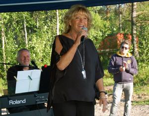 Lill-Babs Svensson i högform med ackompanjemang av pianisten Benneth Fagerlund bjöd på en fartfylld och trivsam show på den tillfälliga utomhusscenen vid kooperativet Dalens återinvigning.