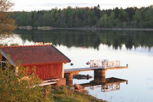 Båthuset vid vår hyrda 1800-talsstuga.