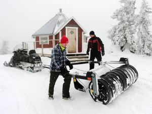 Det är 170 mil leder vilket innebär mycket jobb för Simon Högberg, till vänster, Peter Högberg och alla andra i skoterklubbarna. Stugan på Kvällknäppen i Havsnäs är ett intressant utflyktsmål.