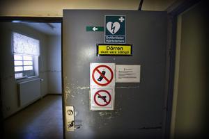 En av de dörrar som skiljer häktesdelen från det övriga polishuset. När häktet användes var den alltid stängd.