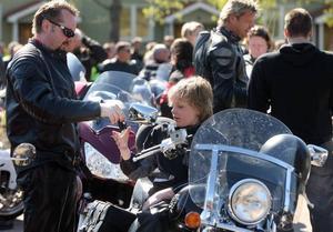 Det är roligt att åka med pappa, tyckte Gustaf Berglund, som dragit en vinstlott och vunnit över storebror.Vårtecken i Gävle: Nästan 400 motorcyklister körde ut på Parkvägen för att visa upp sig sina hojar i årets MC-kortege.