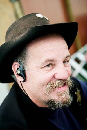 Cowboyhatt, sheriffstjärna och mobilen i örat. Festivalgeneralen Leif Svedin är väl rustad för sitt uppdrag.