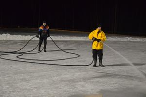 """Sena kvällar. När barnen åkt färdigt för dagen, dyker Anders Johansson och Bertil Sandén upp som två isräddande """"tomtar"""" i vintermörkret."""
