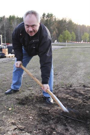Kommunfullmäktiges ordförande John Staffas (S) planterade en björk.