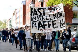 Cirka 150 elever demonstrerade för att få behålla sin omtyckta vaktmästare Alf Nyström.Foto: Håkan Selén