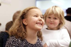 SUGNA PÅ DANS. Klara Faust och Hanna Sjöström, 6 år, blev smittade av dansglädjen och tog några steg på väg ut ur gymnastiksalen.