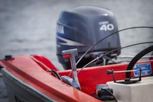 En båtägare i Jonskär har fått reglagen bortskruvat och stulet från sin båt.