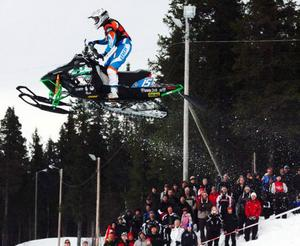 Motor & fritid cup, påskdagens stadioncross på Funäsdalens IP, lockade som vanligt storpublik. Olle Olsson, som kör för arrangörsklubben Walles, hade högtflygande planer när han gick in i finalen som etta efter två segrar och en andraplats i kvalheaten. Men i finalen var olyckan framme på det sjätte av de åtta varven då han kraschade och slog axeln ur led.