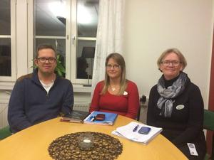 Det är bättre för gamla människor att vårdas hemma än på korttidsboende tycker ordförande Henrik Persson (S), och verksamhetscheferna Inger Myrsten och Yvonne Rissanen.