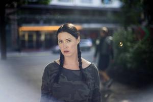 Linda Boström Knausgård är uppvuxen i Stockholm men bor numera i Glemmingebro på Österlen.