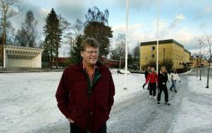 Kaj Utter irriterar sig på att så lite händer på Röhmans torg i Matfors. Två gånger om år, vid julskyltningen och Sveriges nationaldag, är det aktiviteter annars är det  tomt.