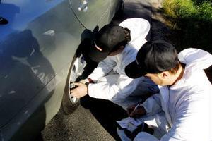Personal från däckbranschen kontrollerade konditionen på bilisternas däck.