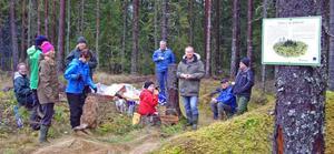 Eko-fika i skogen utanför Sifferbo under en aktivitet där Georg Stenberg berättade om kolning, natur och djur.