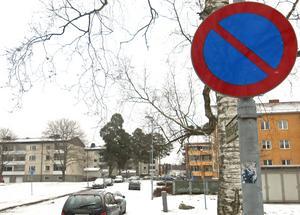 Till en början satsar Västerås stad mer på att informera om p-förbud och p-avgifter än att bötfälla bilägare. På Markörgatan stod åtta bilar på fel sida när VLT var där.