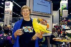 Foto: ADAM LUNDQUIST Uppvaktad. Irene Eriksson trodde hon var för tråkig för att komma i fråga för priset som Årets barnbibliotekarie. Men det var hon förstås inte - i går fick hon priset vid bokmässan i Göteborg.