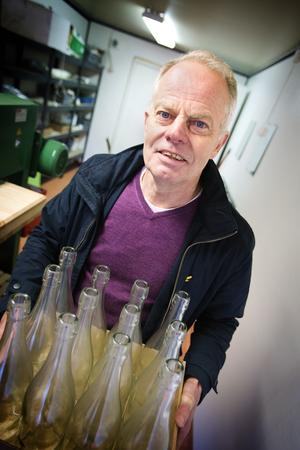 Byter logga. Alltid leende och med ny energi visar Jan Blomgren upp sin nya verksamhet i Lina.