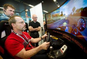 Håll tungan rätt i mun. Niklas Godlund och Tommy Jonsson från Örebro Terminal testade körsimulatorn. Det var Örebro folkhögskola som tillsammans med Cruel Racing bjöd på en verklighetsnära körupplevelse.