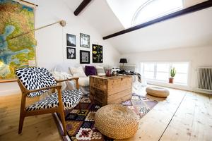 I allrummet på övervåningen finns en lampa med lång arm som Jennie hittade i en ladugård. Rummet ligger i anslutning till de tre sovrummen.