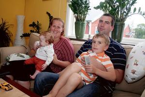 DYR  VÄNTAN. Camilla Ekström-Berggren med Towe, 3,5 månader, maken Daniel och sonen Marcus, 4, har åter tvingats ringa dyra mobilsamtal i väntan på reparationerna.