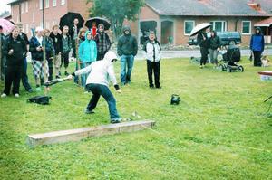 Elever från Bergs gymnasium kastade några av de första kasten i älgskånks-VM. Tävlingen fortsätter under hela helgen. Foto: Sandra Högman