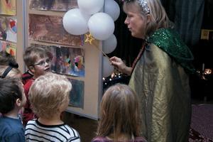 I sagans värld kan nästan allt hända. Birgitta Bomark svingade sitt trollspö, så barnen kunde följa med in i sagans förtrollade värld.