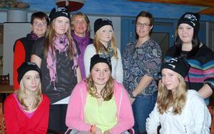 Sjundeklassarna Amanda Ruprecht, Sally Ankerstål, Emelina Olsson, Sofia Eriksson, Luna, Hassoldt och Ida Eriksson tillsammans med fritidsledarna Monica Hylander och Maria Nordin samt rektor Elisabeth Fransson.