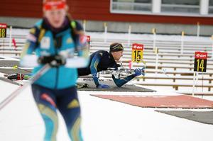Christofer Eriksson, Tullus, tar sikte på en ny säsong med världscup och VM. Den startar som vanligt i Östersund, med mixedstafett på söndag. I dag intog ett stort antal landslag skyttevallen på VM-stadion i samband med första träningen.