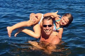 Pappa Stefan och lillasyster Elsa njuter av en härlig kväll i  sommarnorrland.