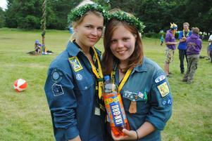 Emma Forsgren och Moa Wikblad visar glatt upp läsken Irnbru, som de druckit mycket av under lägret i Skottland.