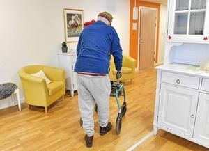 Man önskar att personalens tid skulle räcka till för mer än bara det allra viktigaste, till exempel promenader och andra, för dementa, passande aktiviteter som berikar deras vardag, skriver