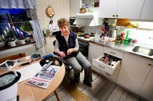 Berith Krieg är svårt invalidiserad av reumatism sedan snart 30 år tillbaka.          Hon är mycket kritisk till förslaget att Hjälpmedelscentralen inte längre kommer att ha de små hjälpmedlen som hon så väl behöver.Foto: Henrik Flygare