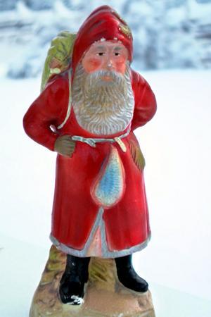 Denna tomte av gips är minst 100 år och kommer från Leif Nordlöfs farföräldrar Frits och Saga Svenssons hem.