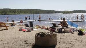Sånghussjöns badplats var under den varma torsdagen fylld av sol, bad och lek. För en av gästerna, var det årets första dopp: