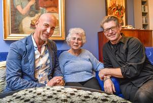 Årets stipendium ur Micael Bindefelds (till vänster) Stiftelse till minne av Förintelsen går till fotografen Mikael Jansson som fotograferar alla överlevande från koncentrationsläger i Europa och som nu lever i Sverige. En av dem är Tauba Katzenstein i Stockholm.